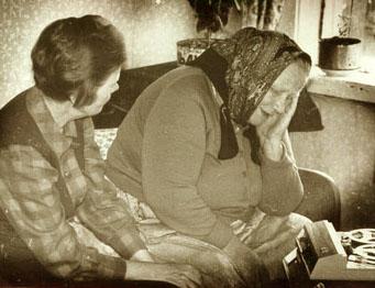 Паданы. У.С. Конкка записывает плачи А.Т. Толшиновой. Медвежьегорский р-он.<br>июль 1972г.